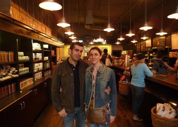 Juntos en la primera cafetería de Starbucks del mundo