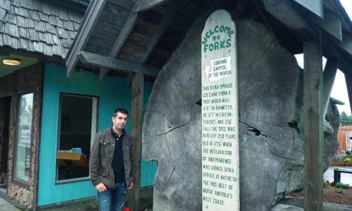 Enorme tronco centenario expuesto en el centro del pueblo de Forks (Washington)