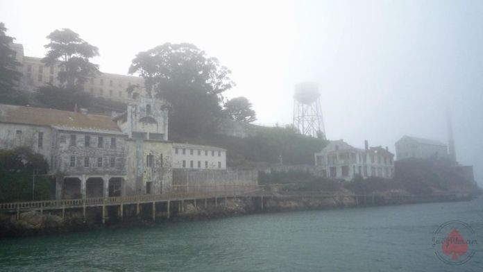 Llegando a Alcatraz. La niebla cubre la isla. (agosto de 2009)