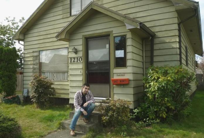 Javi en la puerta de la casa de Kurt Cobain en Aberdeen (Washington)