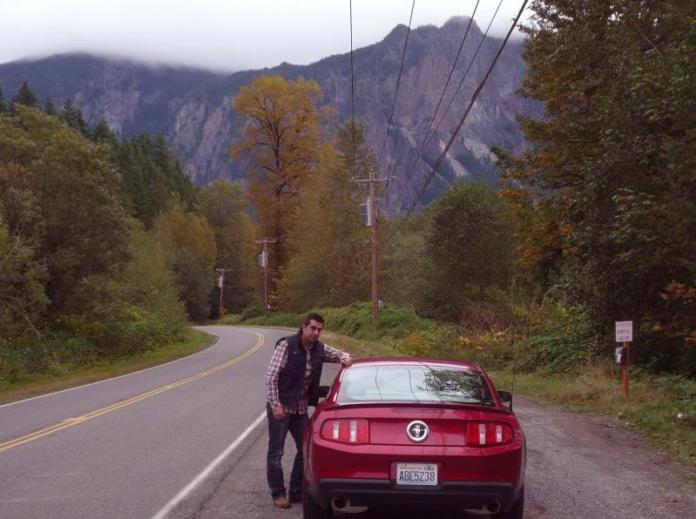 En la famosa curva de Twin Peaks posando con un Mustang