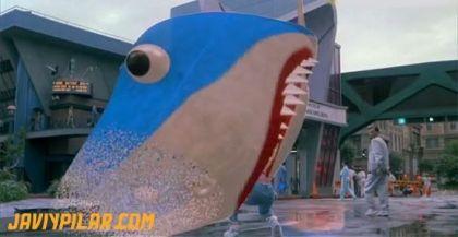 Marty McFly se asusta ante un cartel de realidad virtual 3D en el año 2015 (Regreso al Futuro II)
