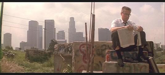 """Sentándose para ver el agujero de su zapato en medio de la jungla de Los Angeles en """"Un día de furia"""" (""""Falling Down"""", 1992)"""