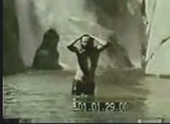 "Famosa escena de la película ""HWY, An American Pastoral"" en la que Jim sale del agua de una cascada"