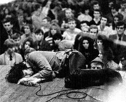 """El """"numerito"""" en directo de """"the unknown soldier"""" de The Doors"""