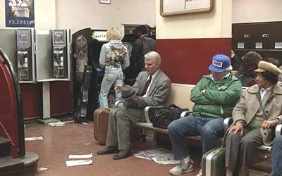 Steve Martin esperando en la estación