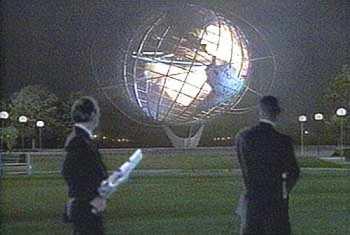 """Tommy Lee Jones y Will Smith dándole caña al Unisphere de Flushing Meadows en la peli """"Men In Black"""""""