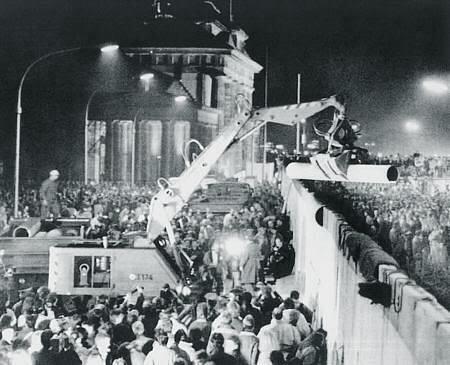 Derribando el muro de Berlín el 9 de noviembre de 1989