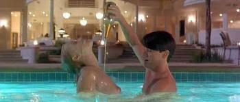 """Elizabeth Berkley y Kyle MacLachlan en """"Showgirls"""" (1995)"""