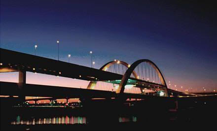 Puente Goshikizakura (五色桜大橋) iluminado con la energía procedente de las vibraciones del tráfico