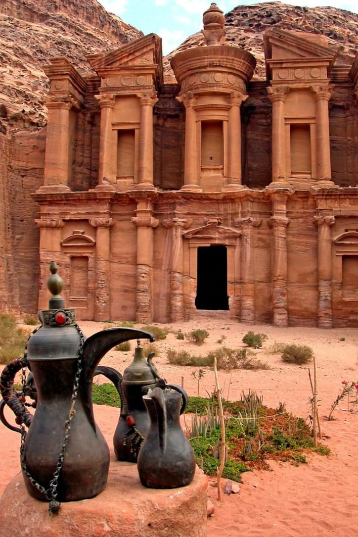 هي عبارة عن مدينة كاملة منحوتة في الصخر الوردي اللون (ومن هنا جاء اسم بترا وتعني باللغة اليونانية الصخر)