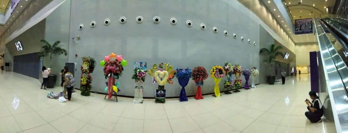 A row of flower stands contributed by various organizations such as Macross Philippines and DareDemo Sekai. [Photo by Kokoy Polidario]