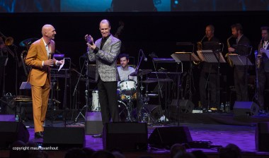 Rotterdam, 30 juni 2017. In het Nieuwe Luxortheater in Rotterdam worden de Jazz/world Edisons uitgereikt. Foto: David Linx toont trots de gewonnen Edison