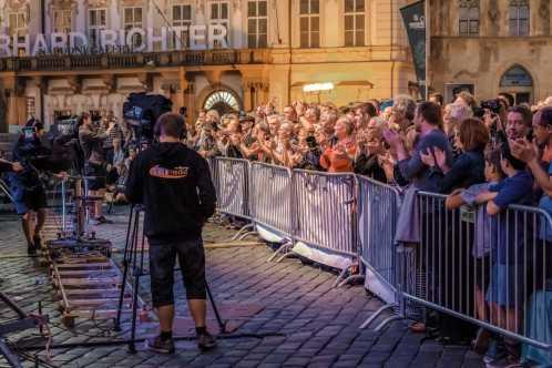 publikum na Staroměstském náměstí