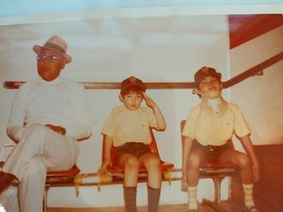 小学校のころに頸椎のけがをする。左から母方の祖父、弟と僕。