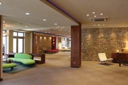 クラブハウスは上質で重厚感のある内装で整えられている。写真はドイツ製な家具が配されたモダンなロビー
