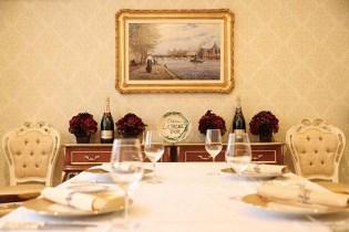 ゆったりと寛げるエレガントな個室も用意されている 貴族の館に招かれたような美しい空間が、記念日や顔合わせといった晴れの日を美しく彩ってくれる