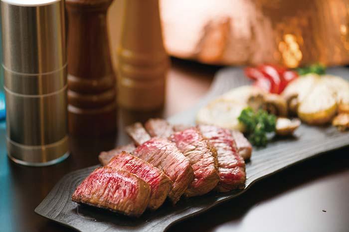 見るからに美味しそうな焼き上がりにこころが躍る この上なくやわらかな肉はとろけるような食感で、松阪牛ならではの味わいが口の中に広がっていく