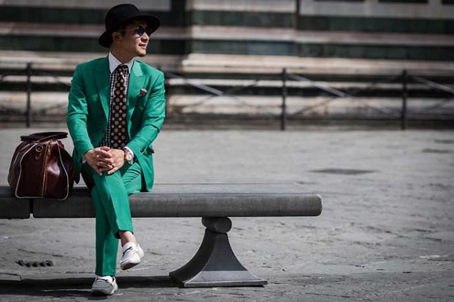 イタリア フィレンツェの街角にて自ら作り上げたスーツを着て佇む〈DAVID LAYER〉オーナー 伴野友彦氏 同店ではお客様がスーツを着るシーンを丁寧にヒアリングし、着ているときにできるシワまで考慮してスーツを仕立てている そのシルエットはどんな角度から見ても自然で美しい