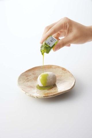 滋賀羽二重糯を使ったお餅でこし餡を包んだ大福にオリーブオイルをかけて味わう「オリーブ大福」