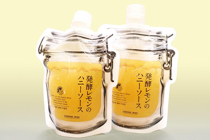 塩麹に漬け込んだレモン果皮を低温熟成し、酸味を和らげ旨みをプラスした大人のフルーツソース。美容・健康に優れたレモンと蜂蜜は黄金の組み合せ。トーストやヨーグルトにそのままかけて、また紅茶や炭酸水割り、かき氷のフレーバーソースと、アイデア次第で料理の幅も広がりそうだ