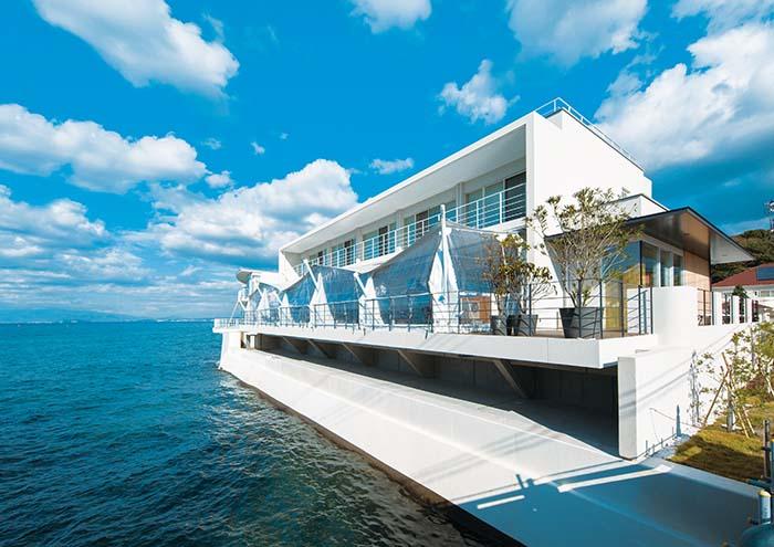 空と海の青に映える白く美しいシルエットのこの建物は、海にせり出すように建てられたレストラン。ゆったりとした時間と潮の匂いに包まれながら、至福の時間を過ごしていただきたいとのオーナー様の想いが込められている。〈HOUZE〉は住宅だけではなく、このような店舗設計から賃貸住宅、老人介護施設まで様々な建築に携わっている。共通するのはそれぞれにこだわりがあり、そこに〈HOUZE〉のテイストが散りばめられている事だ。オーナー様の想いはどこまでも叶えられる