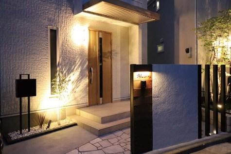 工夫を凝らした壁や天然石のアプローチ、プロヴァンススタイルにアイアンの表札、ライトアップされたエクステリアは昼間とは違った顔で通り掛かりの人を魅了する。 機能性やデザイン性に加え、照明の効果まで。お客様の理想にひと工夫加えた外構を提案してくれる
