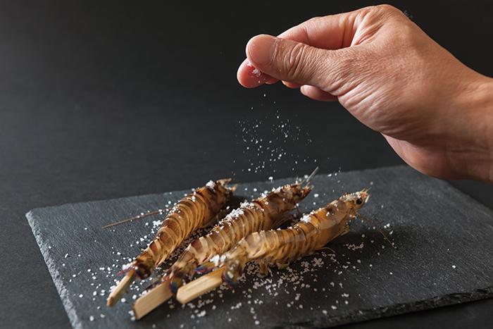 """""""日本一の塩""""、""""幻の塩""""と称される、手間をかけ愛情を注いで作られる""""完全天日塩""""は、一振りするだけで食材の良さを最高に引き出してくれる"""