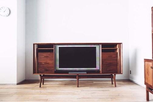 テレビを見ない時には扉を閉じてしまえる「SHUTTER TV CABINET」。家電製品をできるだけ視界に入れず、すっきりとした空間が好みという方にはおすすめ