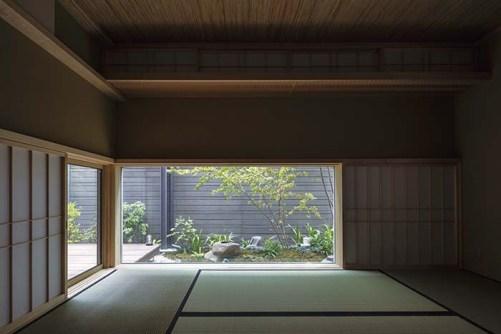 和室には、茶室に用いられる高さの低い入り口・躙口(にじりぐち)のような窓を配し、趣のある空間としている