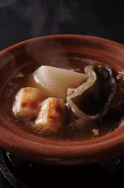 すっぽんの身、焼葱、季節の野菜をすっぽんのスープで炊いた味わい深い一品