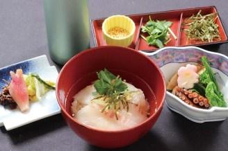 クラブハウス内レストランで人気の「伊勢真鯛の茶漬け」。漬けにした真鯛をさらさらっと召し上がれる。