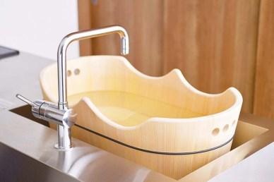 """「うふっ湯桶」は、リラックスできる香りと感触が特長のさわら製のベビーバス。2017年ジャパン ウッド デザイン アワードにて""""ウッドデザイン賞""""を受賞している。ベビーバスの他に、足湯やペット用のベッドとしてもお使いいただける"""