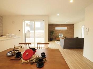 リビングとダイニングを分けることで、つながりを持たせつつ個々の空間を活かしたレイアウトで設計された家。ブリック調や木目調にした壁面もアクセントとなっている