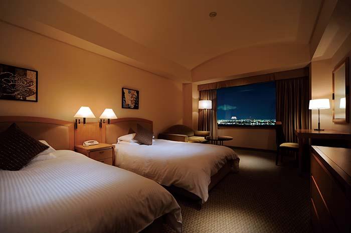 北の鎌倉と称される浦和の美しい街並みを一望できる客室。目の前に広がる関東平野の向こうには富士山、秩父連山、浅間山が望む