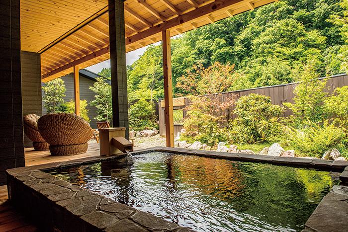 全ての客室に、プライバシーに配慮した離れのスタイルを採用。異なる2種類の自家源泉が湯船を満たす名湯を部屋つきの露天風呂でお好きなだけご利用いただける。写真は特別室の露天風呂。四季折々の自然はまさに眼福