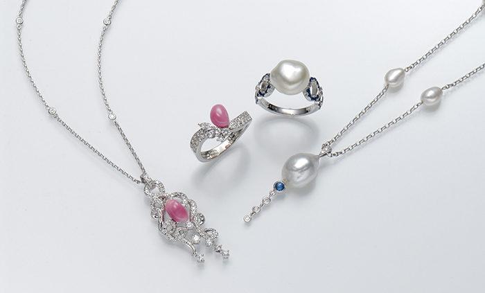 「サラヴァーヌ」 右:選りすぐりの美しいケシ真珠を使ったシンプルで優美なジュエリー 左:コンクパールを使ったシリーズも好評を得ている