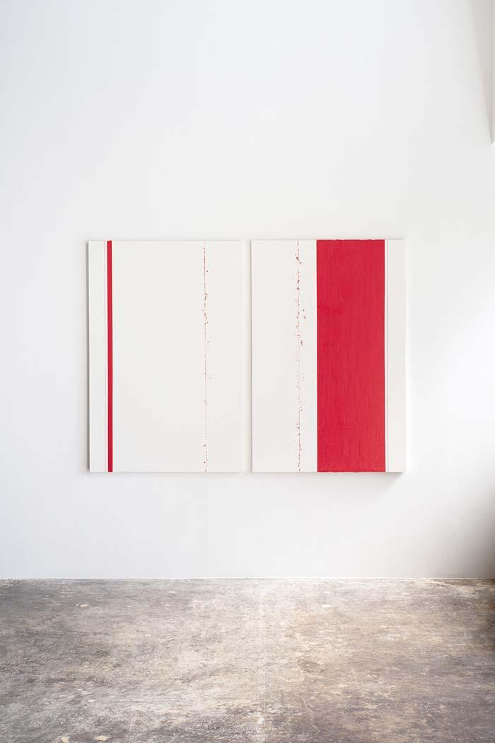 サイトスペシフィックな大型のインスタレーションを得意とする横溝美由紀氏の作品は多くの美術館で発表された。近年は、インスタレーションを平面に置き換えて再構築する作品に取り組み、空間と時間の関係性を視覚で読み解く試みをしている。横溝氏の代名詞と言える、油彩を施した糸をキャンバスに弾く技法によって平面に立体を表現する「line」シリーズは特に人気。主な収蔵先は、羽田空港JALファーストクラスラウンジ、フォーシーズンズホテル京都、ザ・リッツ・カールトン京都、パレスホテル東京、大本型Domain(香港)、国際交流基金など。新作「line the line」。※2021年12月〈GALLERY麟〉にて個展の予定。同時期に銀座のPOLA MUSEUM ANNEXにて個展の予定(2021.12.10〜2022.1.30)。2021年12月HeHeよりカタログ出版予定。併せてキャンバス付きの特装版もギャラリーにて発売予定