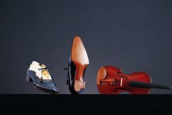 Music 2018年制作 バイオリンにインスパイアされ、三澤氏が得意とする金箔革や染色技術を使った靴。伝統的なデザイン、スタイルが重んじられる紳士靴に、三澤氏ならではのアイデアや遊び心を加えた作品。着用できる靴としてオーダーも可能