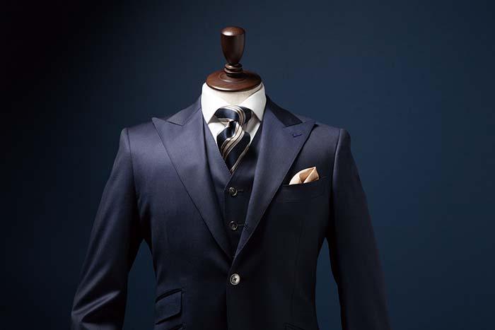 上品で美しいシルエットのオーダースーツ。堅牢性と通気性が増し、型崩れを防止してくれる「仕立てグレードアップ」のオプションで、より美しく丈夫に仕上げることも可能