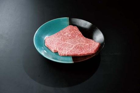 「鳥取いなば万葉牛」この万葉牛はきめの細かい肉質が特徴で、口の中に入れるとすーっと溶けていく口どけの良さを堪能できる。万葉牛 モモステーキ 400g(200g×2) 6,500円(税込)