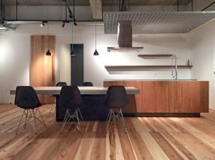 チーク×モルタルのキッチン。木だけでなく色々な素材の組み合わせが可能