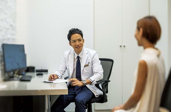 クリニックでは、来られたお客様と細かなカウンセリングを行い、その方々のお悩みに寄り添い、丁寧に診察・治療を行うことをモットーとしているため、完全予約制。予約状況によってはカウンセリング後の当日に施術を受けることが可能なので、ご予約時にお気軽に相談を