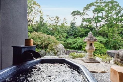 名湯・榊原温泉の湯をプライベートな空間にて存分にご堪能いただける客室の露天風呂