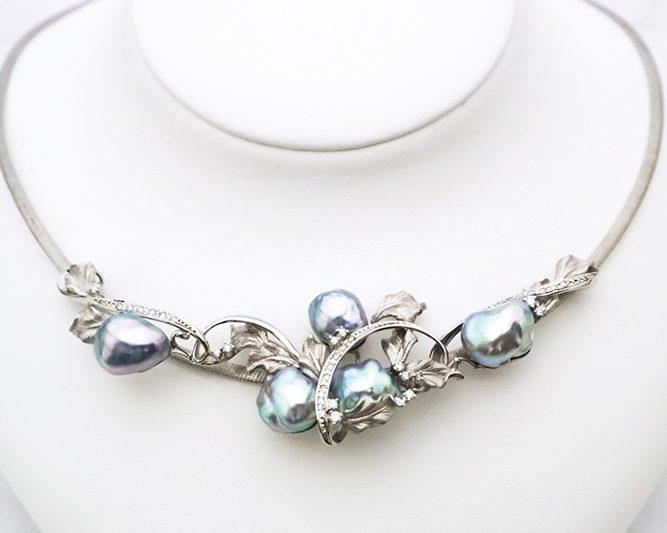 自然が創り出すその形は1粒1粒が唯一無二。こだわりの養殖技法と偶然が重なって生まれる、とりわけ希少な大珠バロック真珠のみを使用した「対馬紺(ツシマブルー)」は、同社が誇るハイエンドブランド。珠の魅力を最大限に引き出したオリジナルデザイン、熟練の技が息づく繊細で優雅な表情が、世界にひとつのジュエリーと呼ぶにふさわしい逸品だ