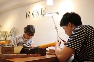 ワックスというロウ材を切ったり削ったりしながら指輪の原型を制作。プロのクラフトマンがおふたりの作業を優しくサポートしてくれる