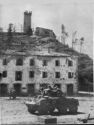 Um só, não, 3 delesem um  M8 Greyhound do Esquarão de Reconhecimento Motorizado da 1a DIE, em Montese, abril de 1945.