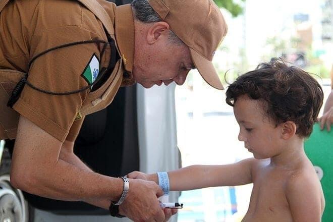 """""""Eu vi dois policiais trazendo uma criança que estava perdida"""", diz turista sobre a entrega de pulseirinhas no litoral 1"""
