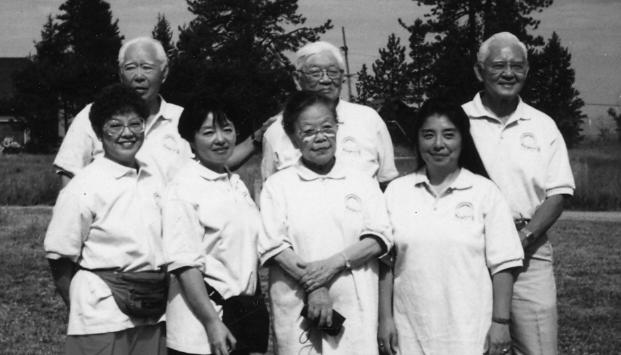 2. 「永野萬蔵の孫、曾孫たち30年ぶりに大集合」の見出しで「日系の声」1996年3月号に掲載された写真。「1995年8月に萬蔵の孫、曾孫40数名が米国ネヴァダ州レークタホのキャンプ場に集まった時の写真です。私(順子)の子どもたちも日本から駆けつけて一緒に過ごし、実に楽しかったです」と記されている。後列:左から萬蔵の長男辰夫の次男清ジャック、長男一次タイラス、三男誠ポール、前列左から、萬蔵の次男フランク照磨の長女まりえ、四女光(ひかる)、辰夫の長女順子(森作)、照磨の五女笑(えみ)。