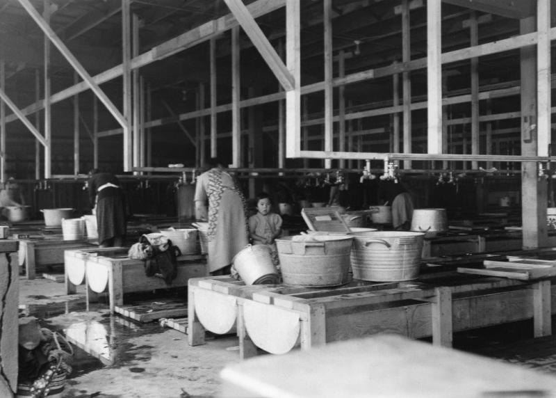 収容所内の洗濯場写真提供: 日系博物館・文化センター